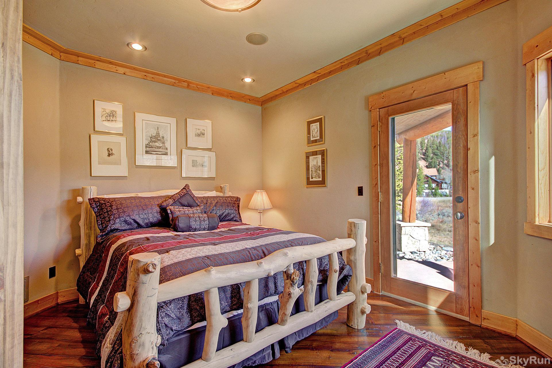 Buffalo Lodge Main Level Queen bedroom
