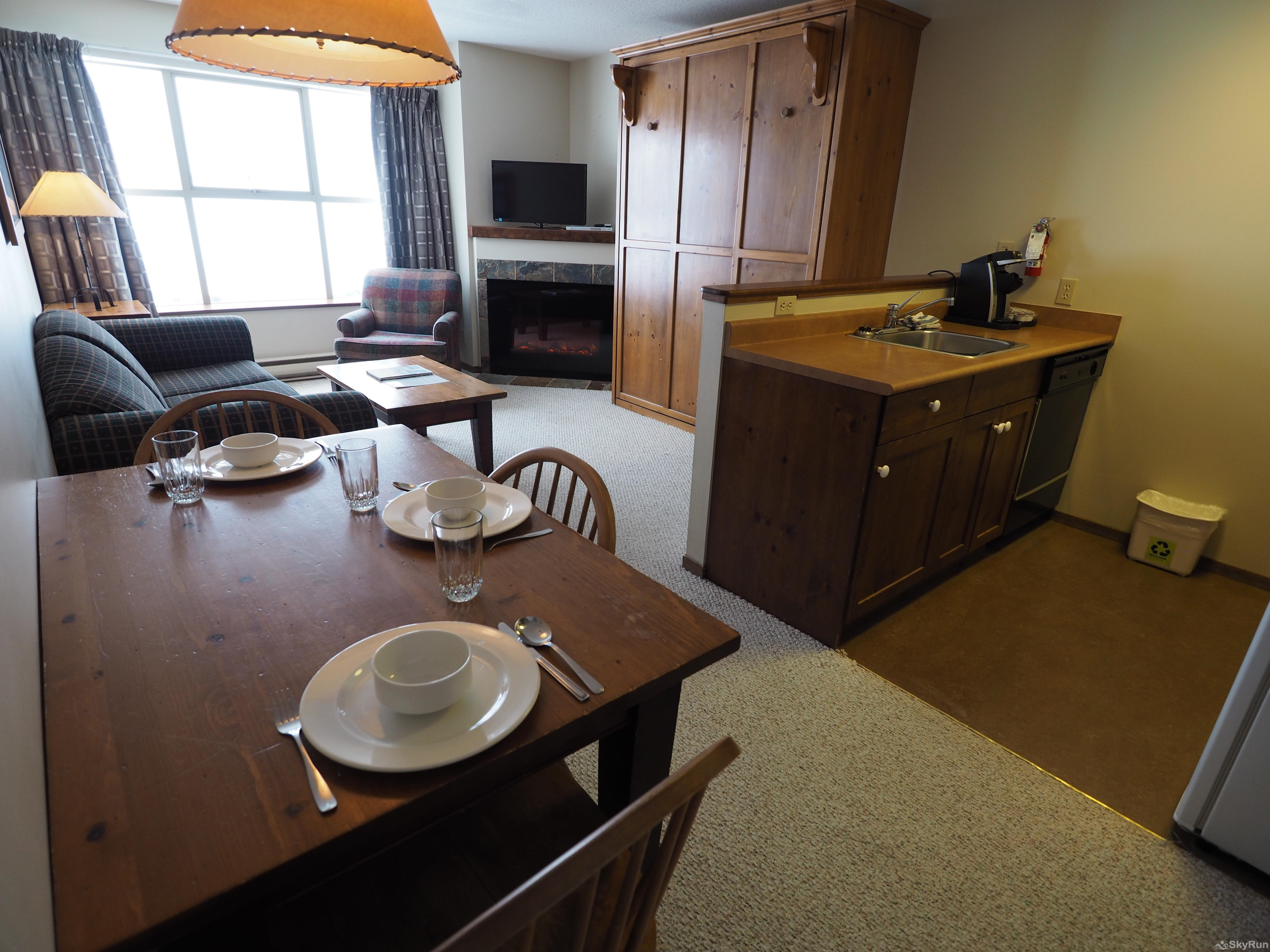 Apex Mountain Inn 1 BDRM Suite 323-324 Dining room
