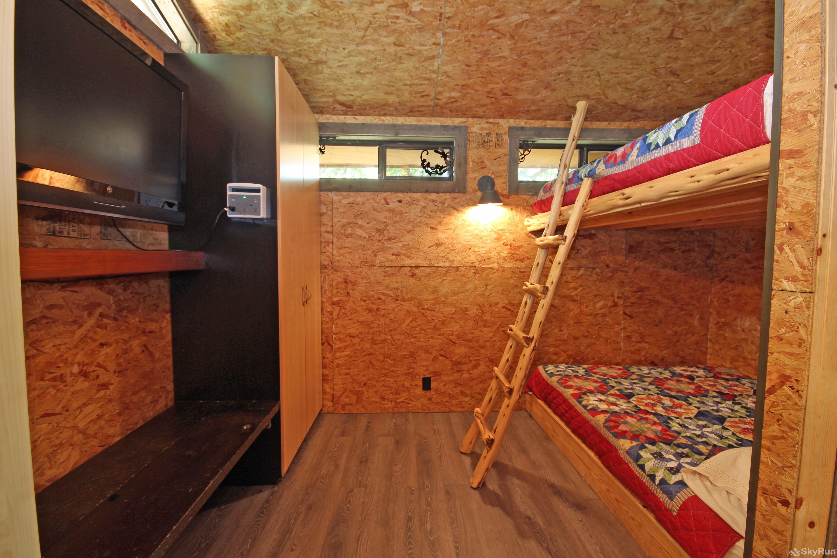 LUCKY GOAT HOUSE Third Bedroom with Queen Bunk Beds