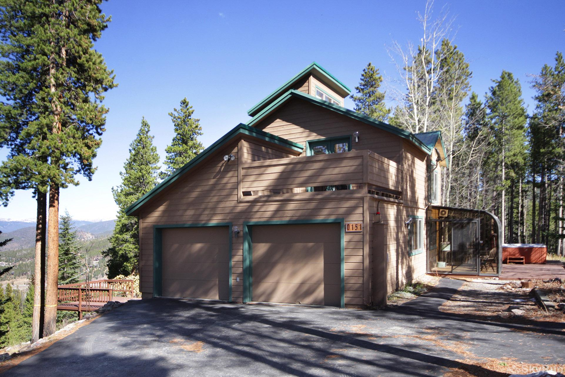 Dancing Moose Lodge 2-Car garage with spacious driveway