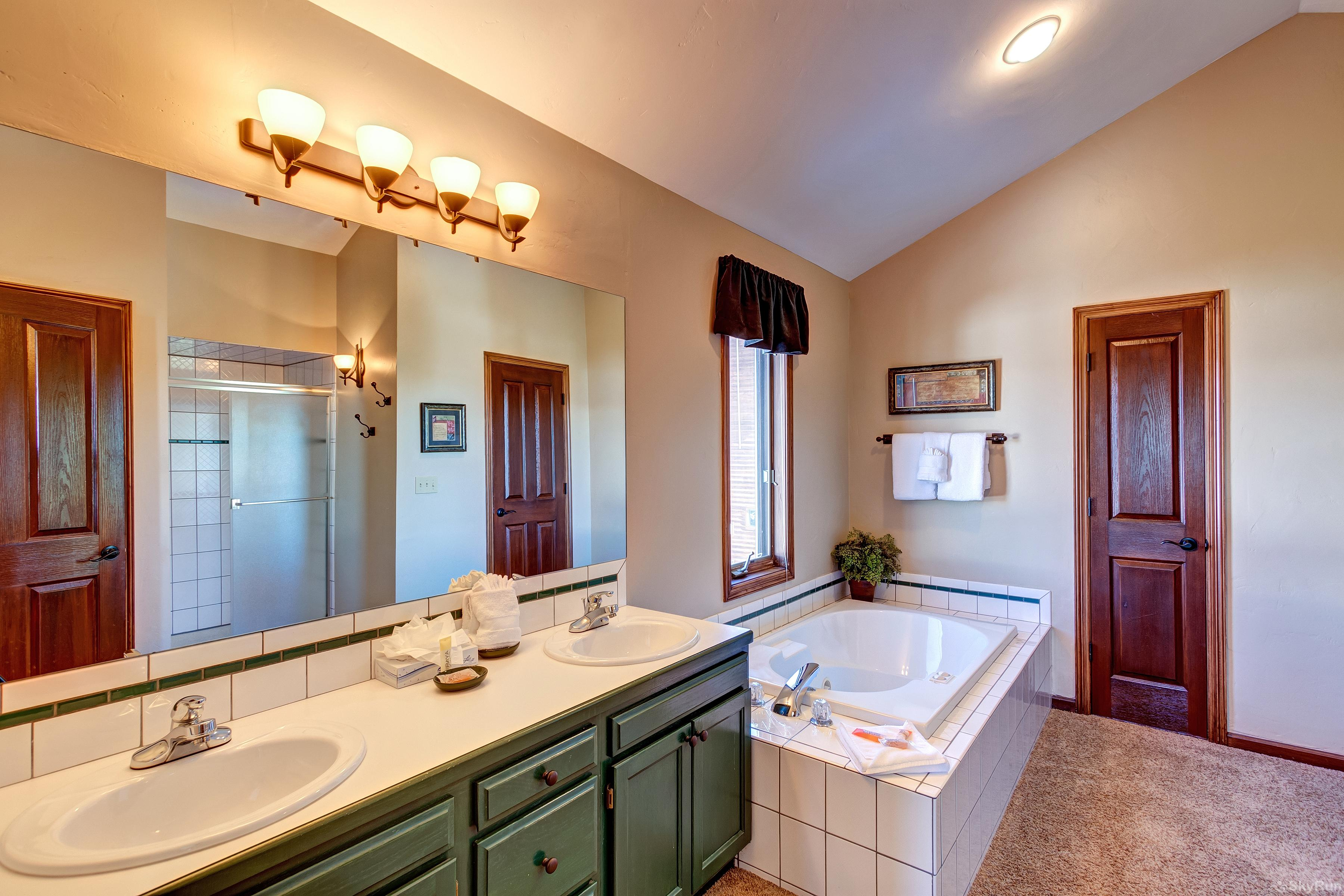 Grande Vista Master bedroom 5-piece ensuite bathroom