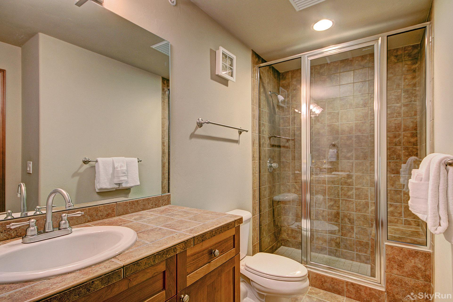 Highland Greens Lodge 211 Large bathroom with walk-in shower