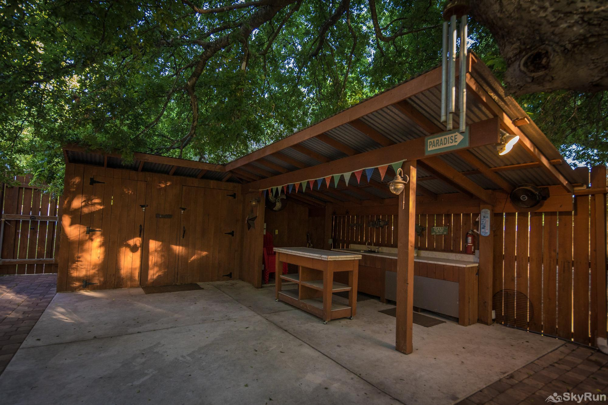 STAR OF TEXAS Outdoor bar and barbecue area