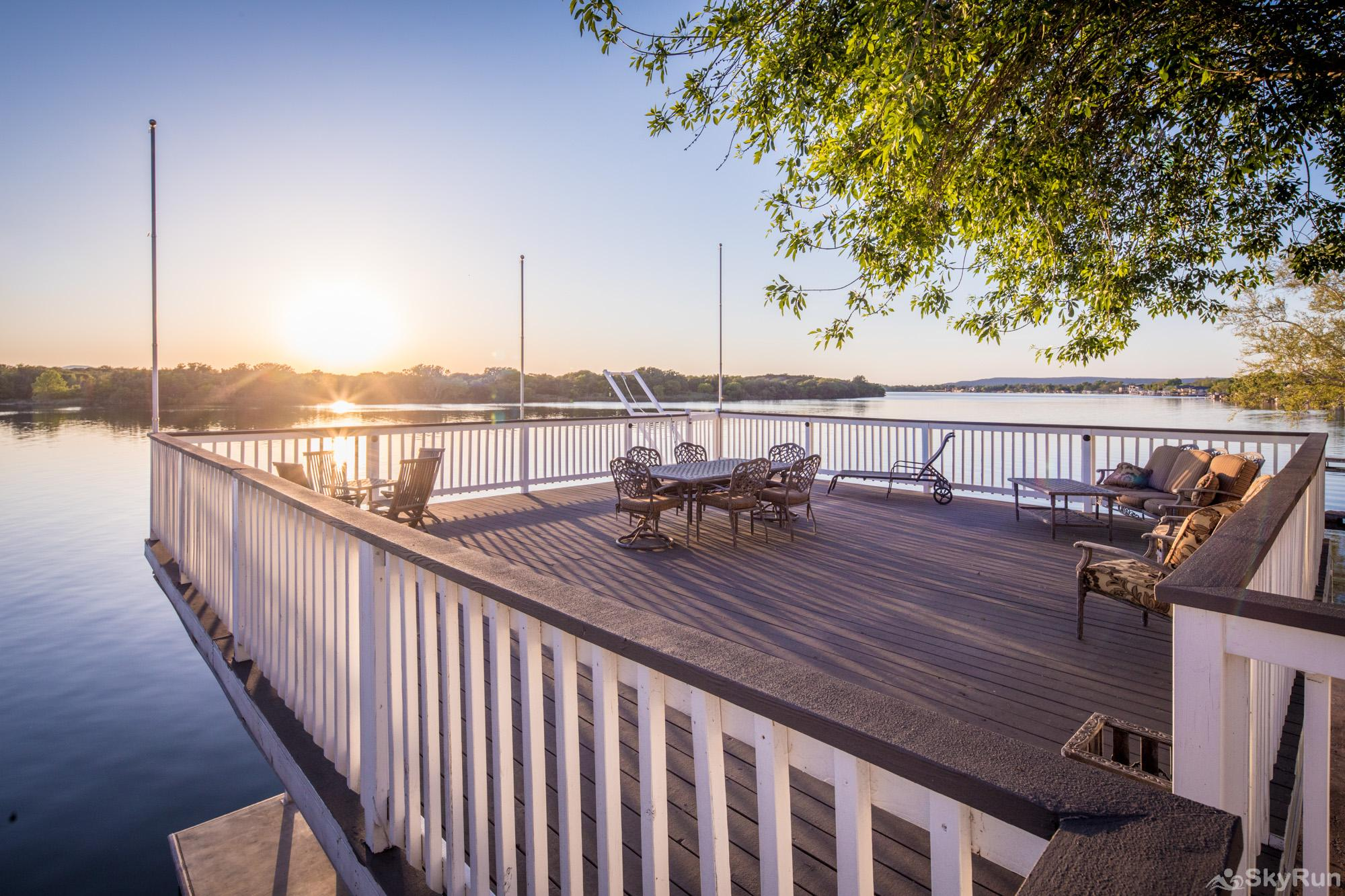 PARADISE POINTE Large Deck Space with Panoramic Views of the Water