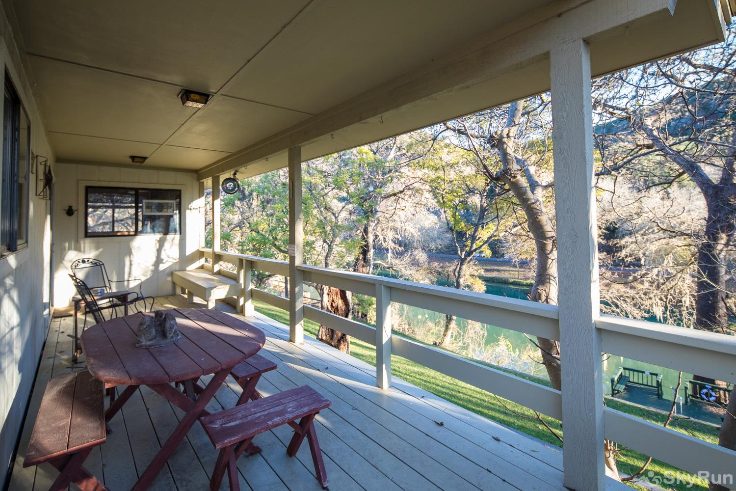 MAC'S PLACE Beautiful Covered Deck Overlooking the Guadalupe River