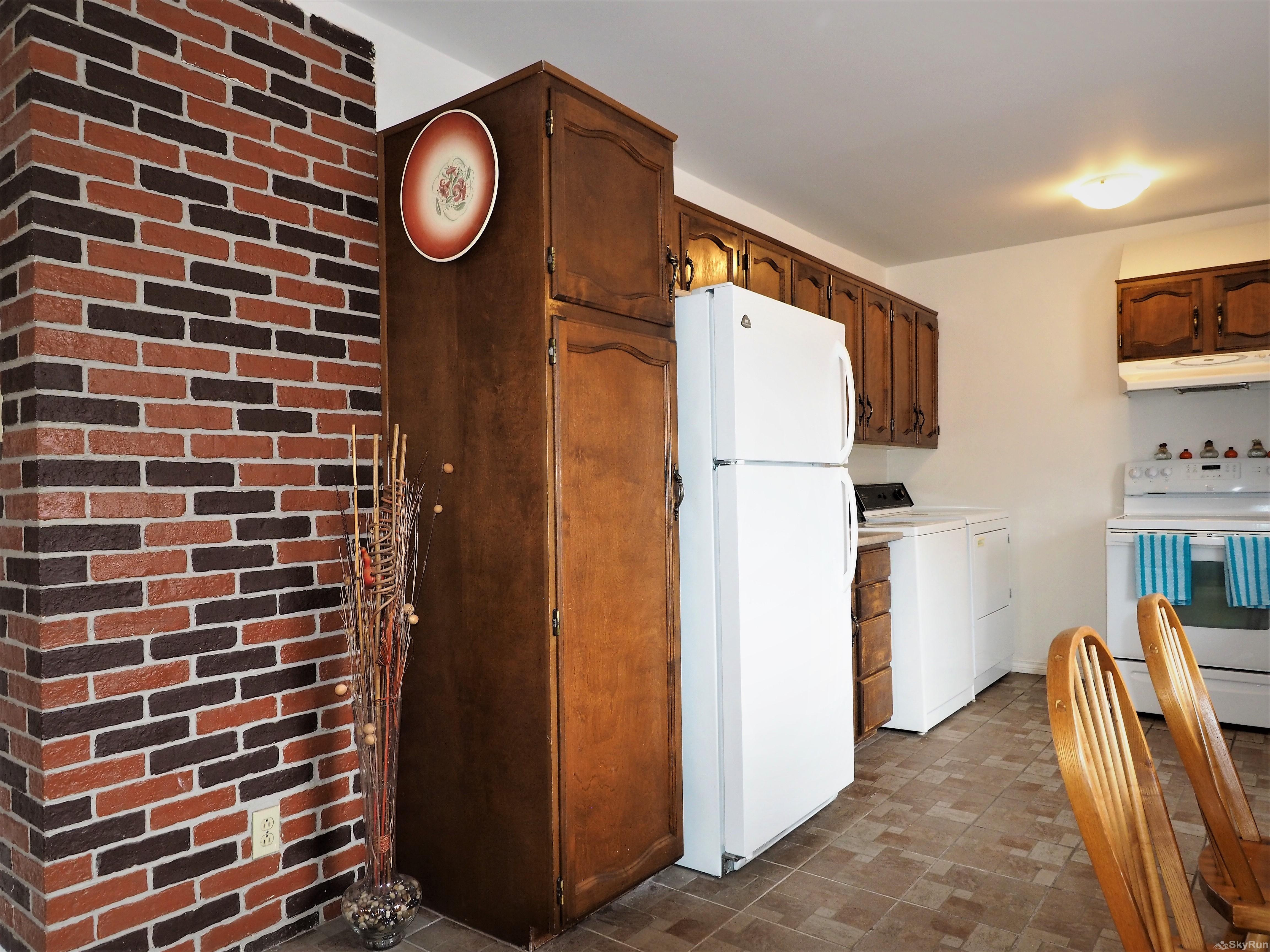 Main Street Rooftop 3 bedroom Kitchen & Washing/Dryer facilities