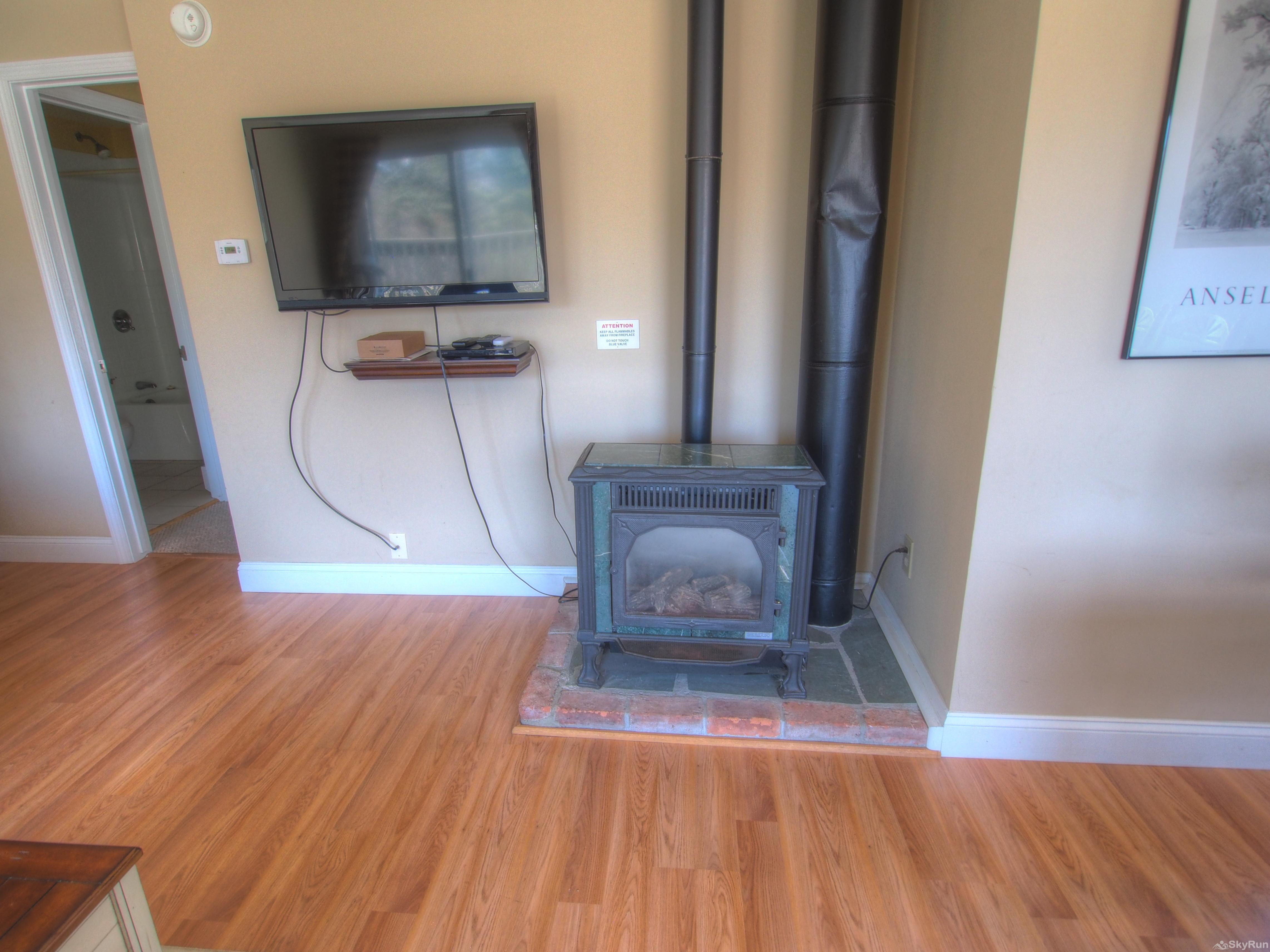 Stowe Mountainside Condo Gas fireplace and flat screen TV