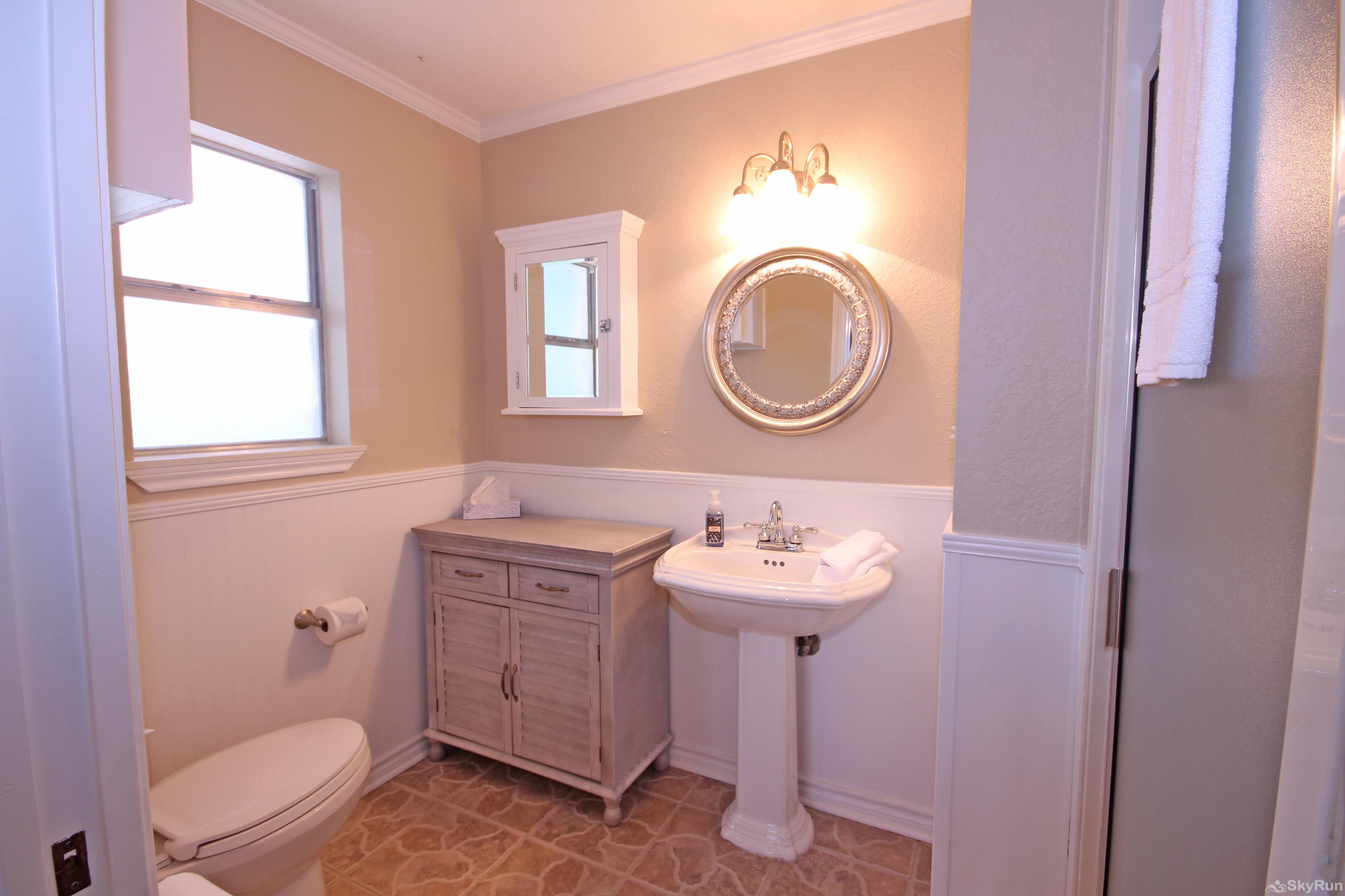 MAVERICK'S RIVER HAUS & GUEST HAUS Master bathroom with walk-in shower
