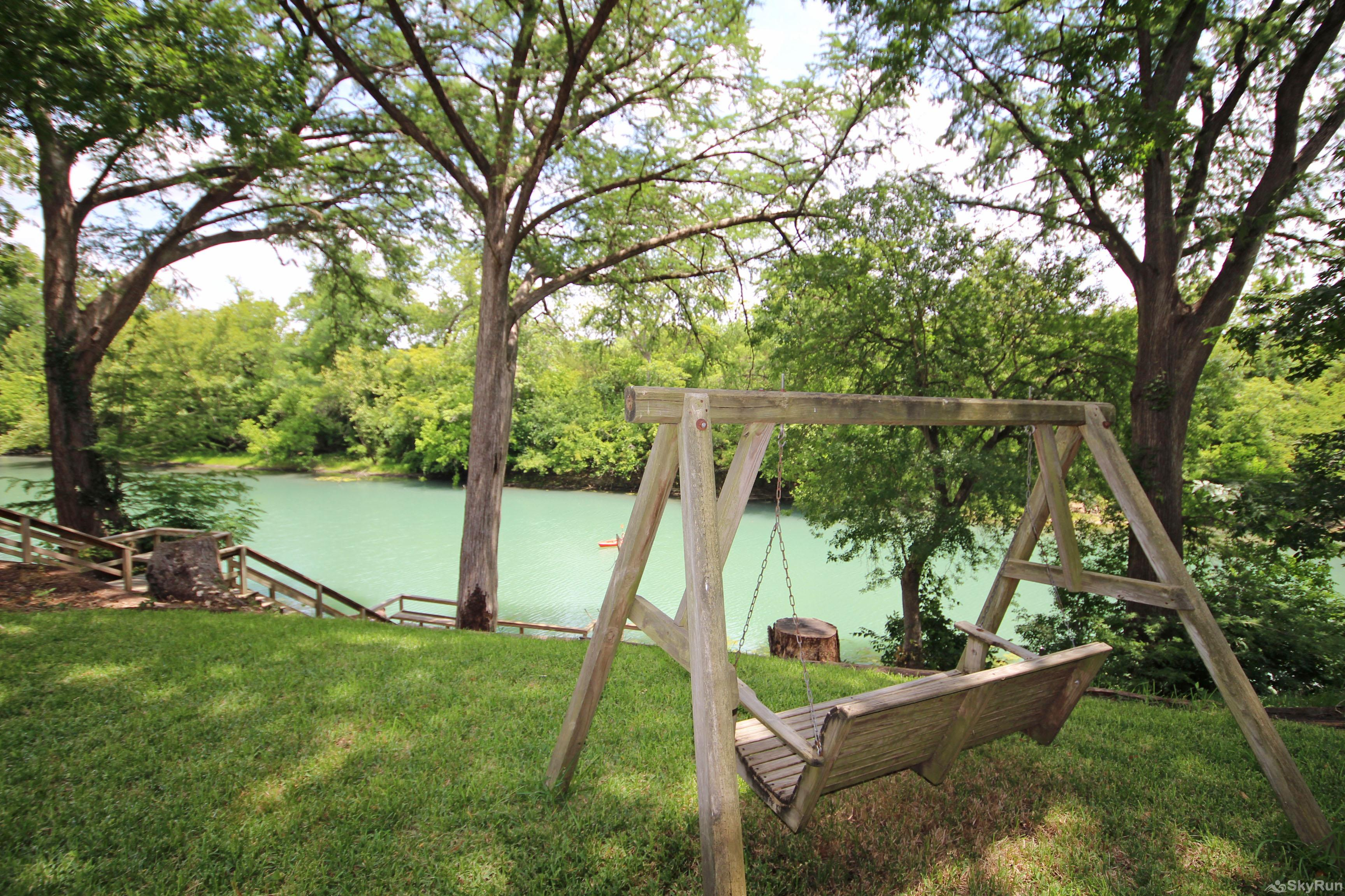 MAVERICK'S RIVER HAUS & GUEST HAUS Backyard Bliss on the Guadalupe