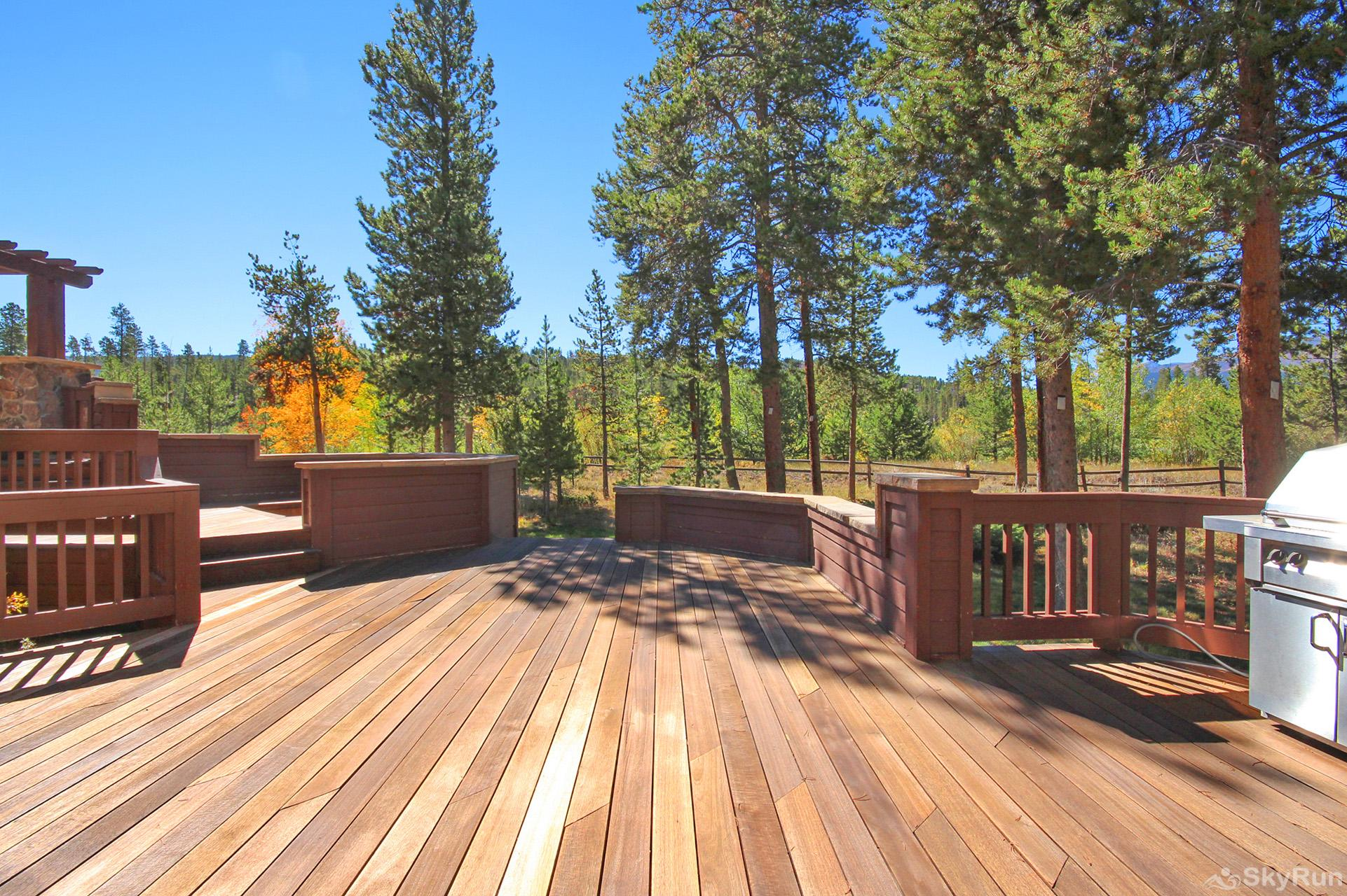 Marksberry Lodge Huge private back porch with natural gas fire pit & BBQ