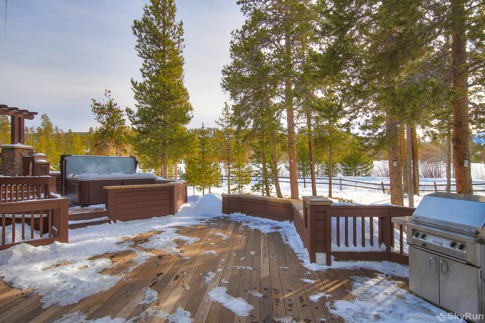 Marksberry Lodge Spacious back deck with gas bbq, private hot tub