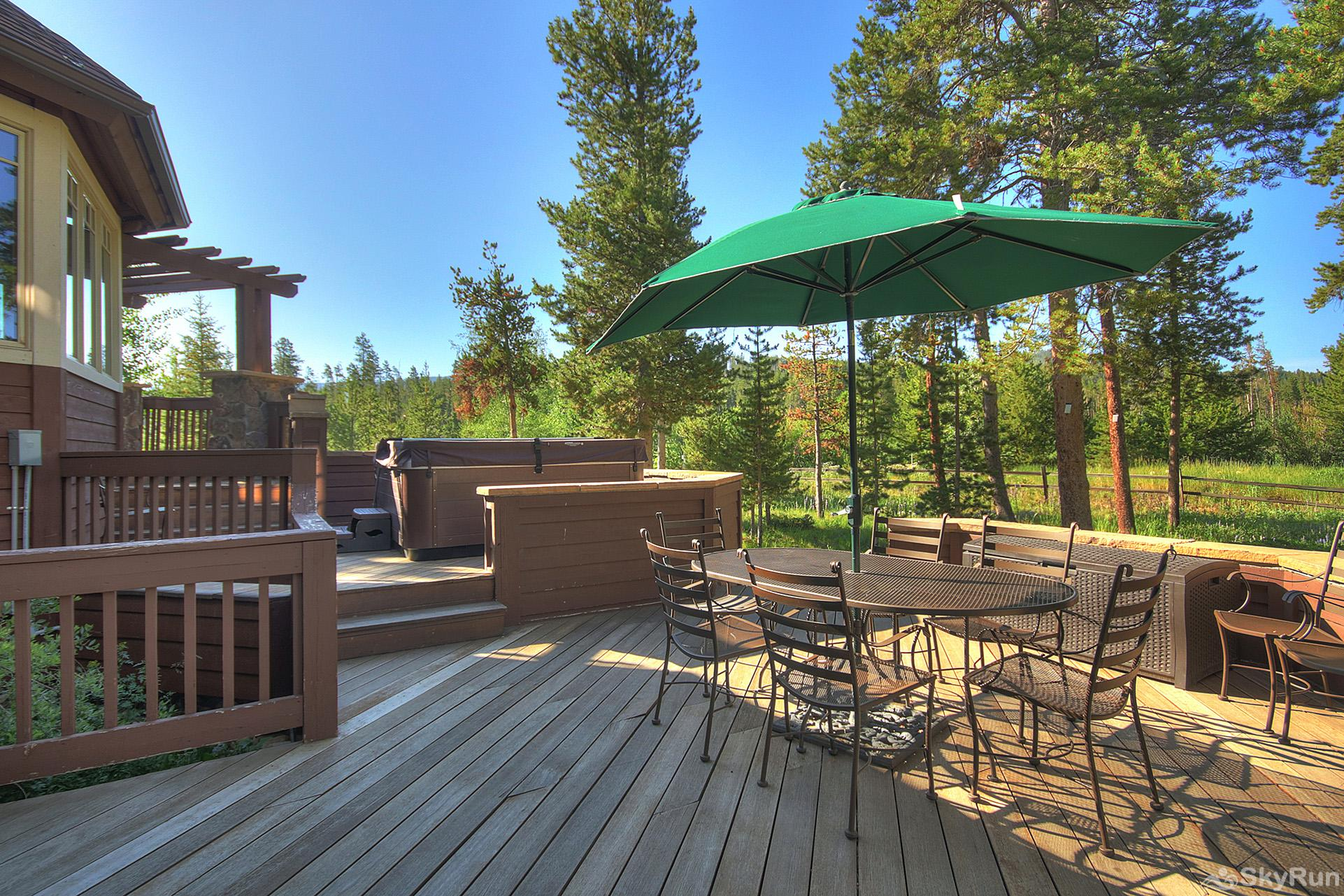 Marksberry Lodge Large porch with outdoor seating