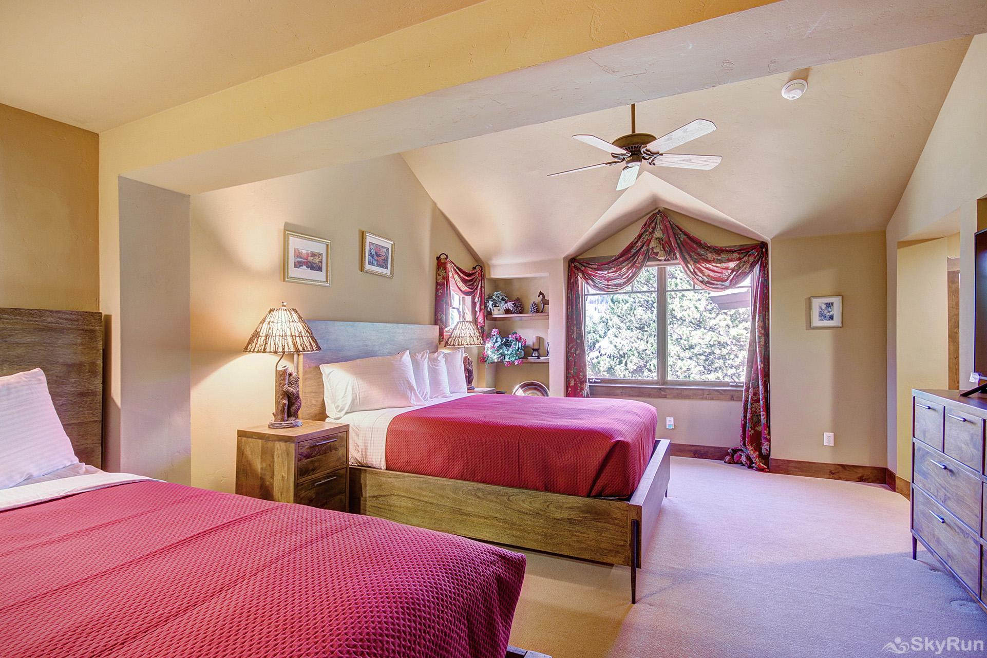 Marksberry Lodge Additional view of upper level bedroom with 2 queen beds