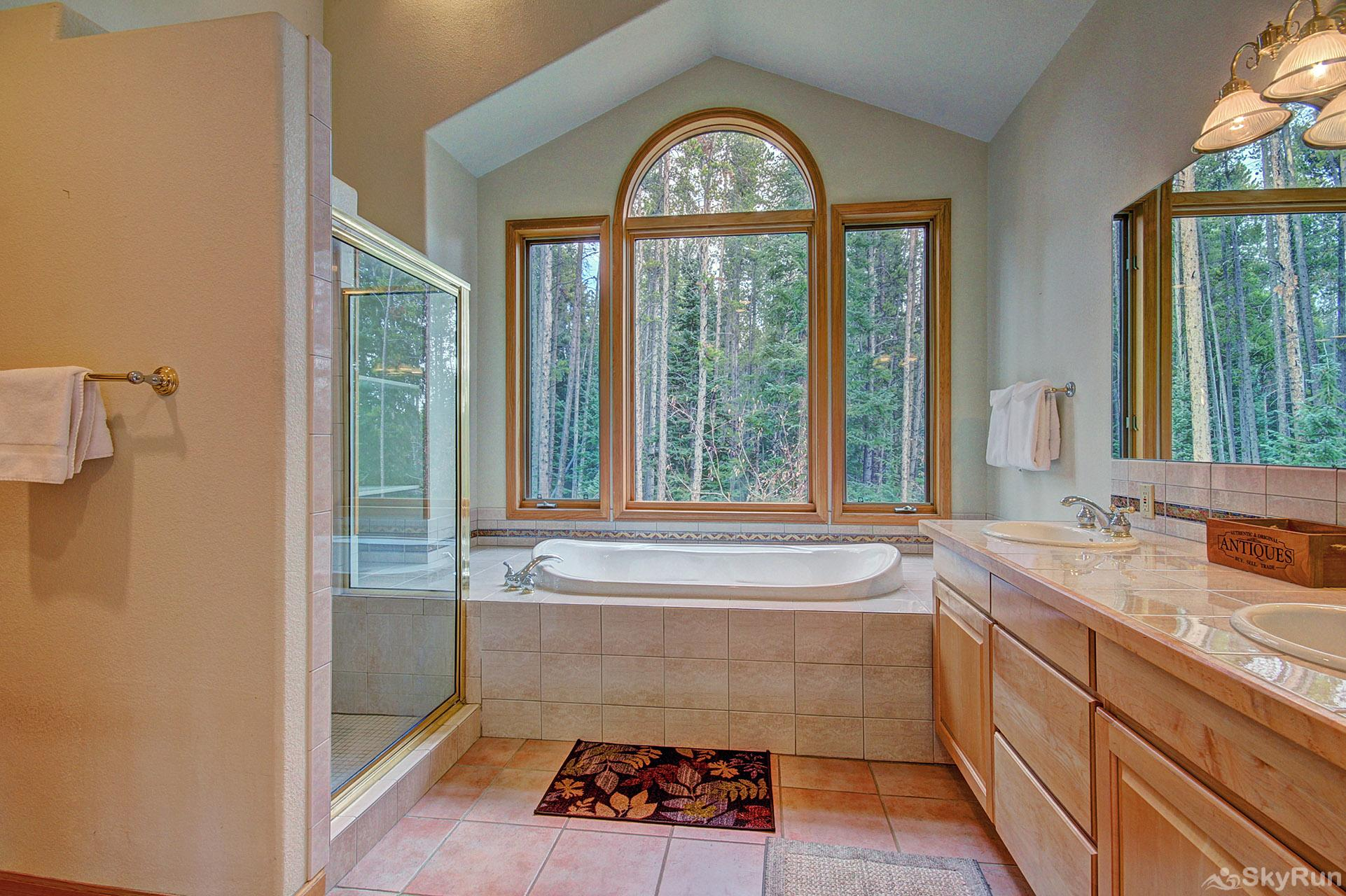 Secret Trail Lodge King master bedroom ensuite bath