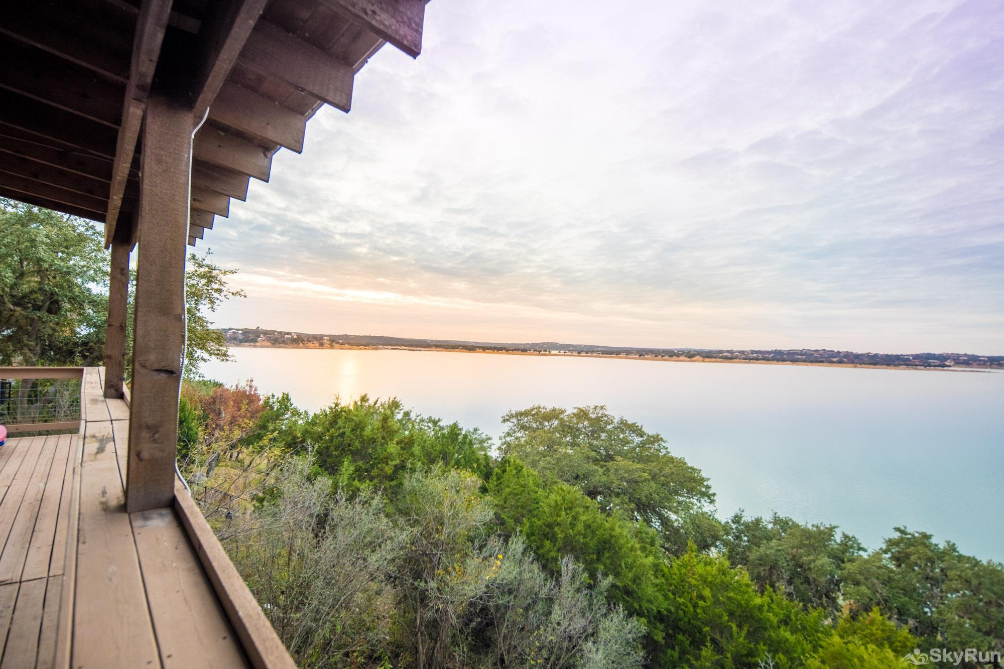 WATER'S EDGE RETREAT Beautiful views of Canyon Lake from the large deck