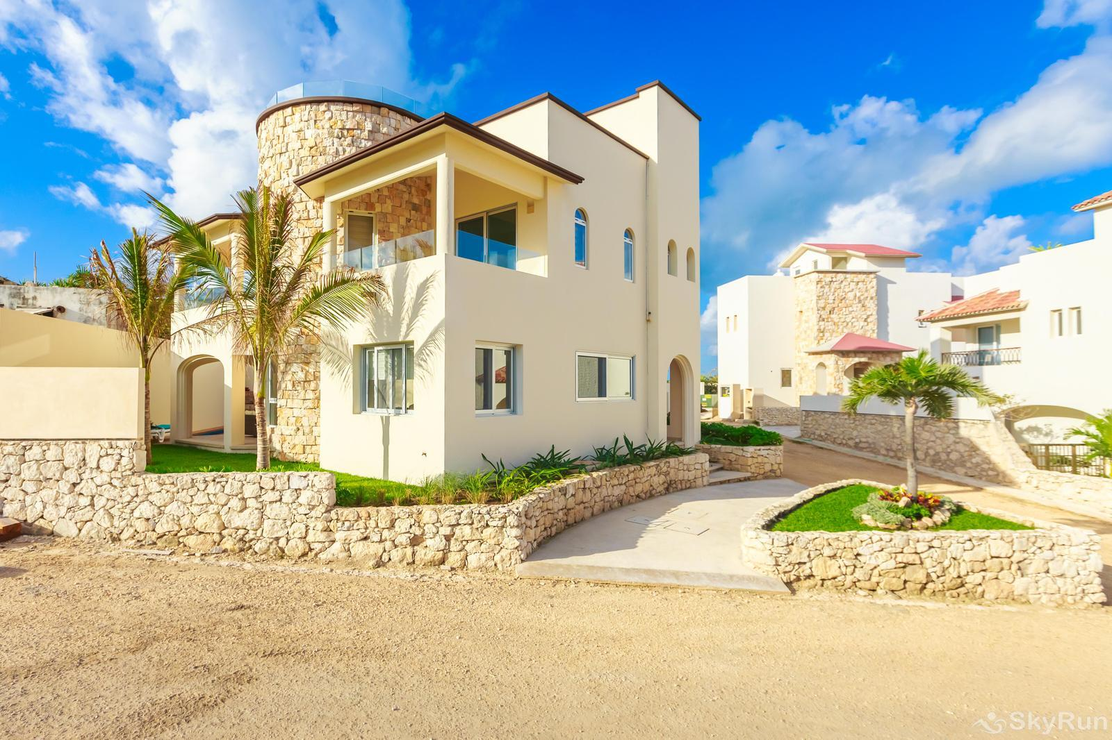 NEW and Unique Residencial Home Prime Location Isla Mujeres Front View