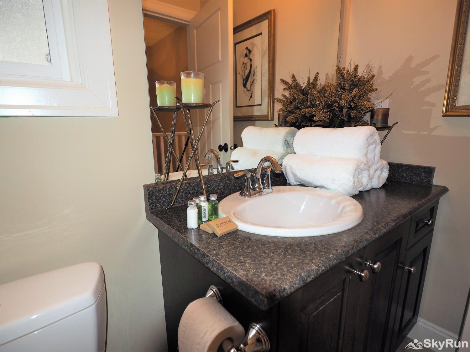 Old Summerland 4 bedroom townhouse Large guest bathroom with tub/shower combo