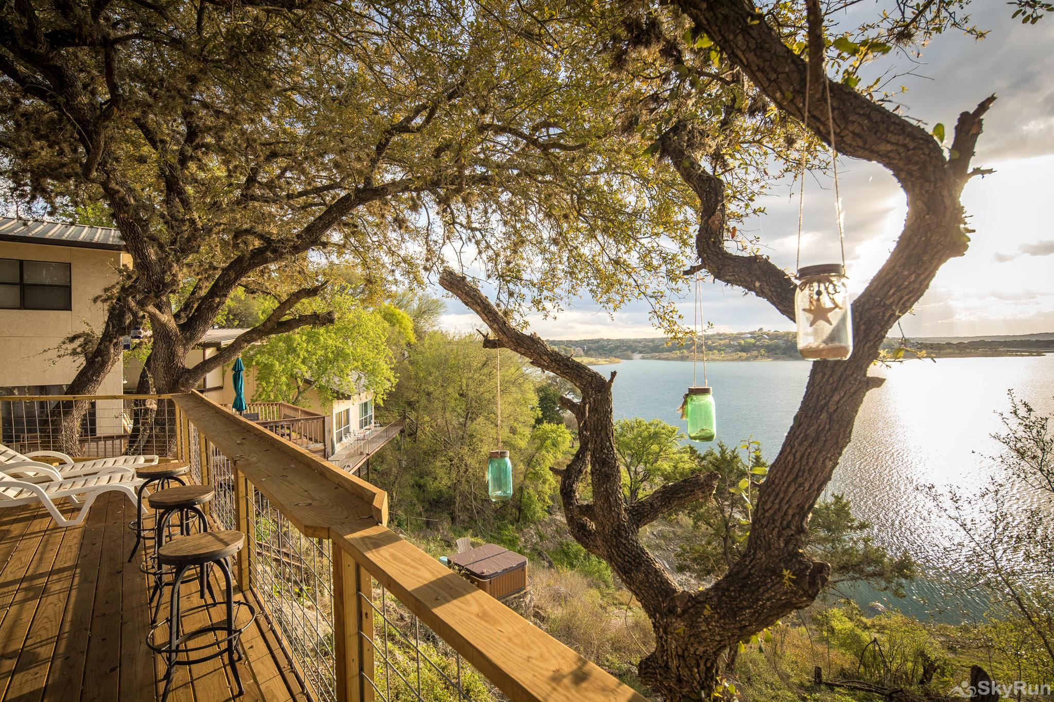 CLIFF HOUSE AT CANYON LAKE Enjoy the deck shaded by large oak trees