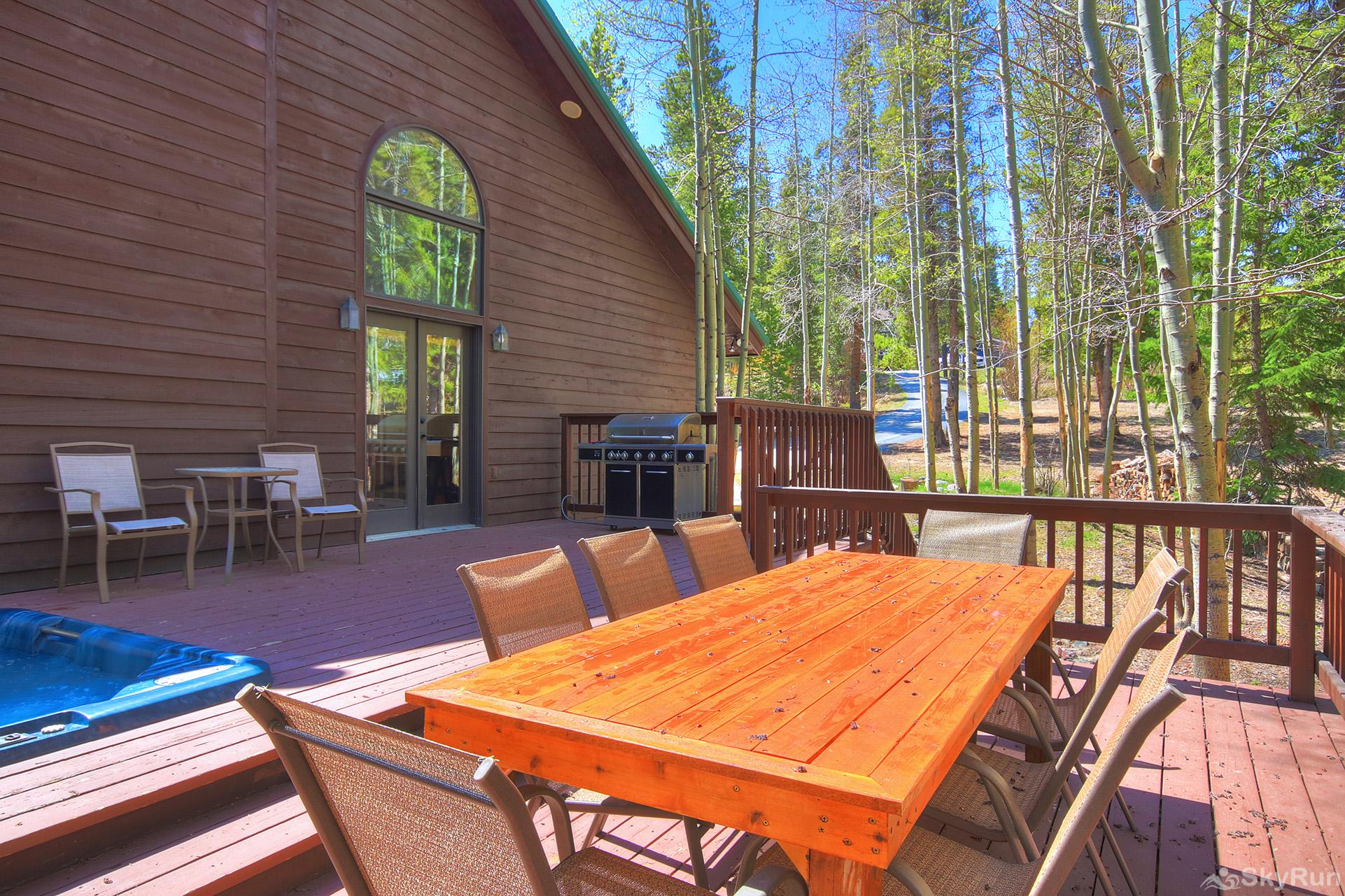Aspen Heights Lodge Enjoy fresh air and tasty meals on your private back deck