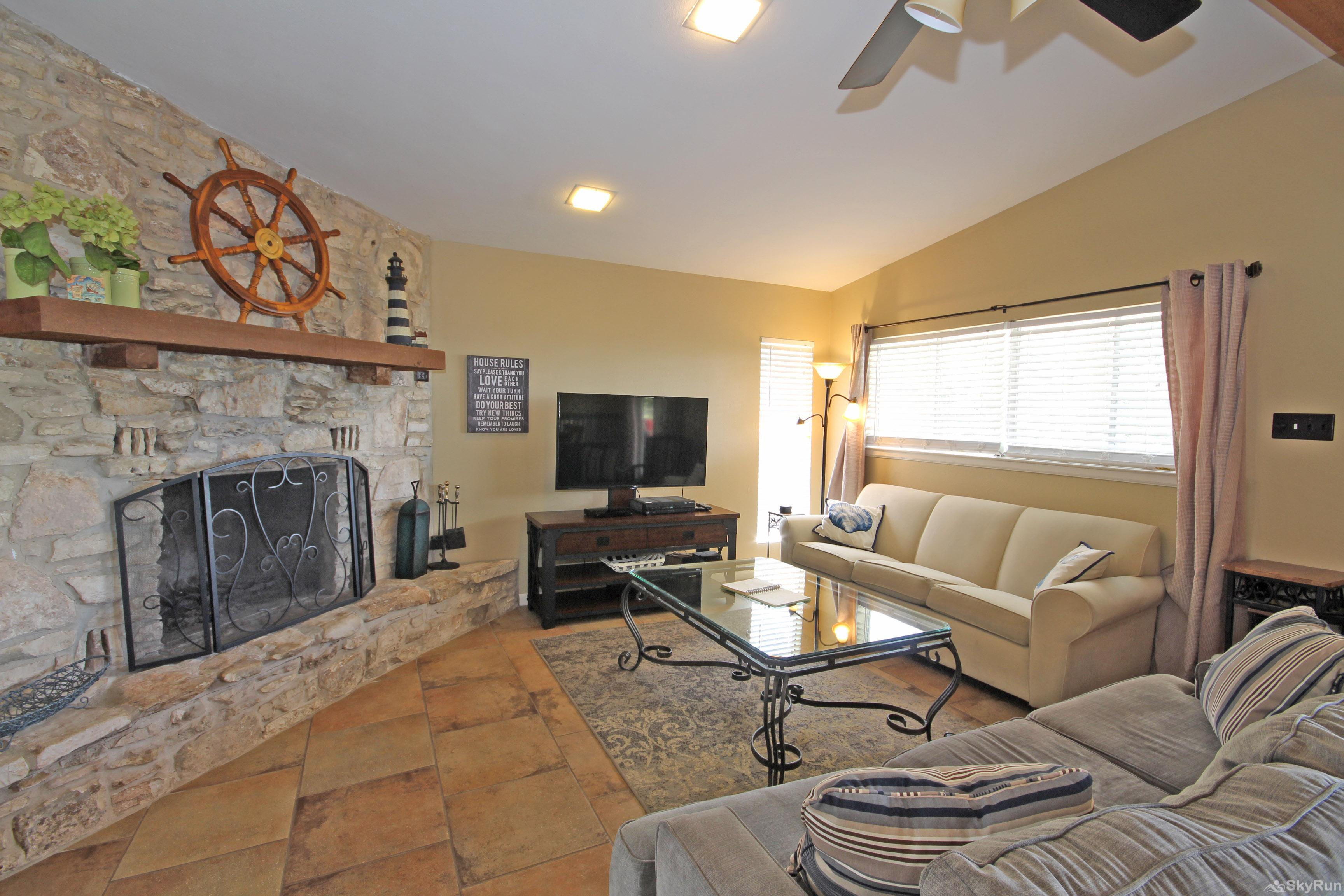 LAKEPOINT LOOKOUT Living Area with HDTV and Fireplace