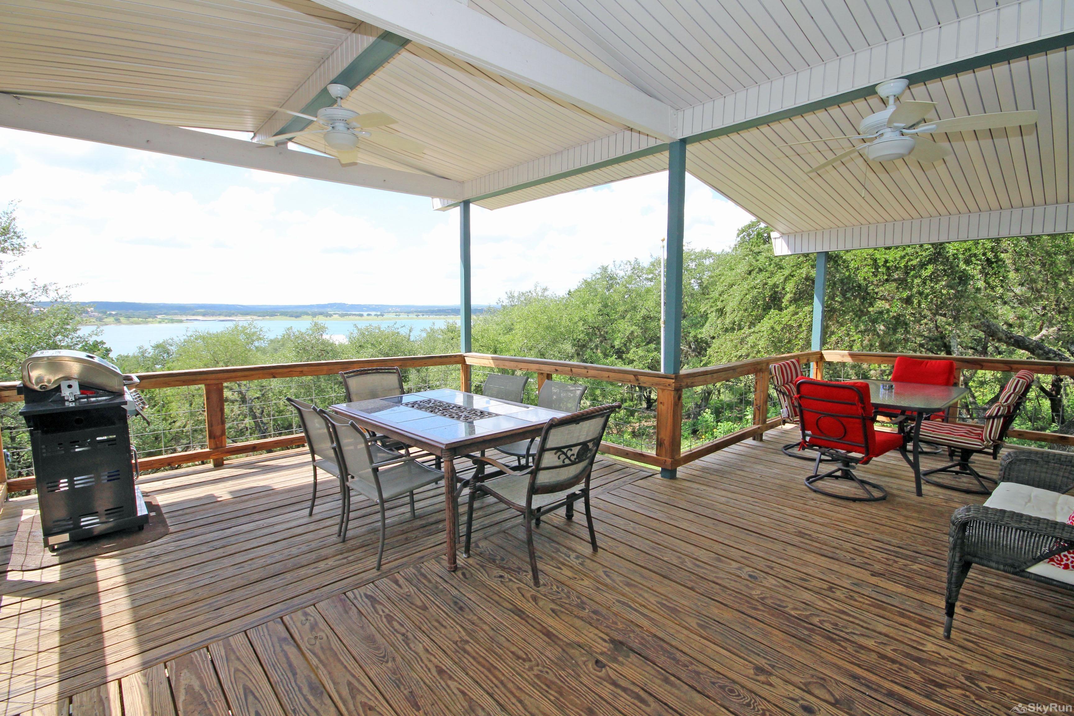 LAKEPOINT LOOKOUT Spacious Deck & Outdoor Dining Area