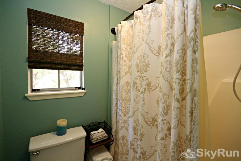 RIVENDELL LODGE Master Bath with Shower/Tub Combo