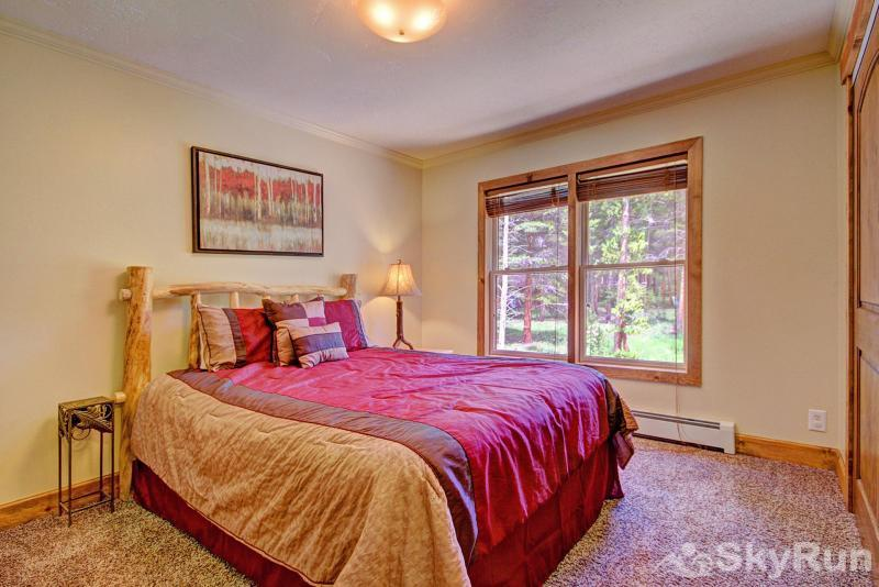 Grey Squirrel Lodge Cozy Queen Bedroom - Upper Level