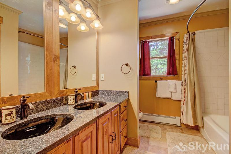 Grey Squirrel Lodge Shared Bathroom with Two Sinks