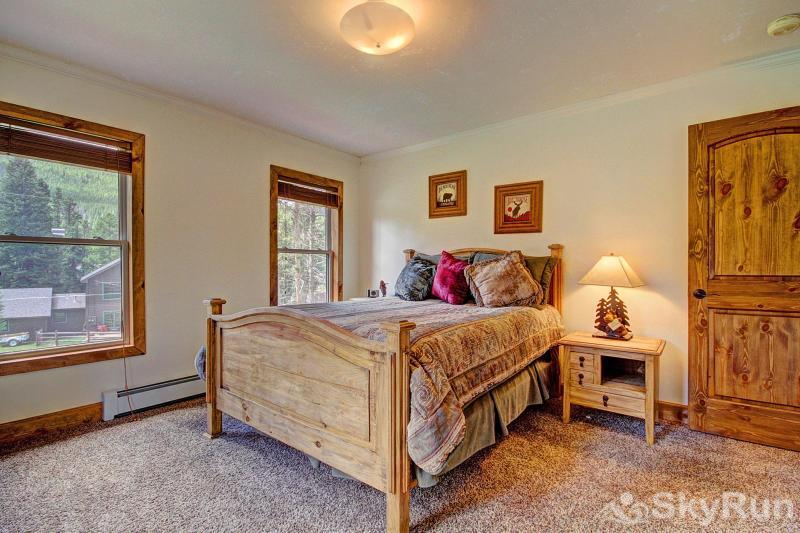 Grey Squirrel Lodge Another cozy Queen Bedroom - Upper Level