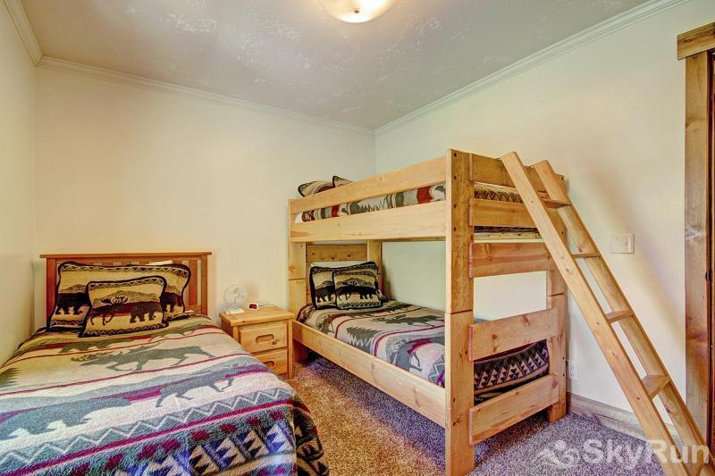 Grey Squirrel Lodge Great Room for the Kids with 3 Twin Beds - Upper Level