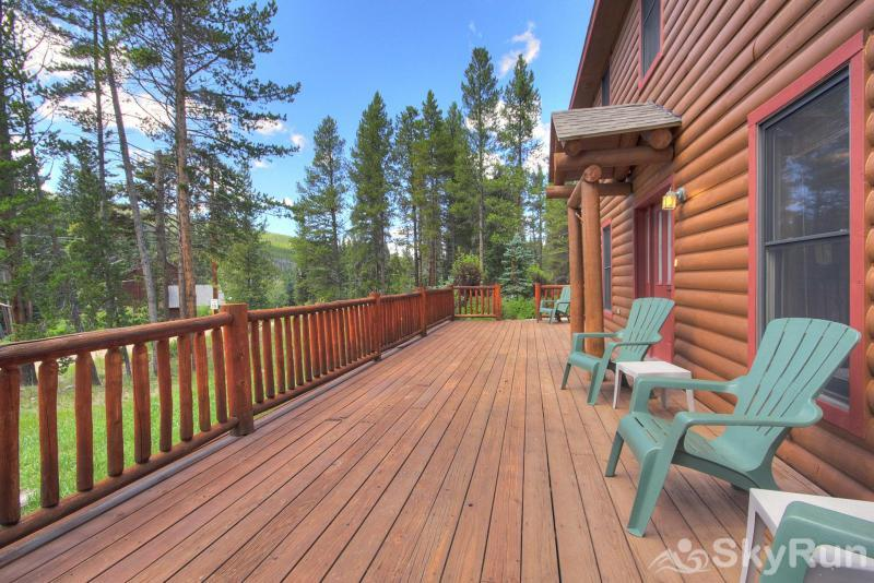 Grey Squirrel Lodge Large deck to enjoy the outdoors