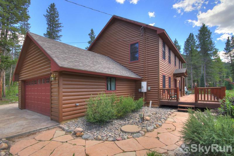 Grey Squirrel Lodge Large home with spacious front and back decks