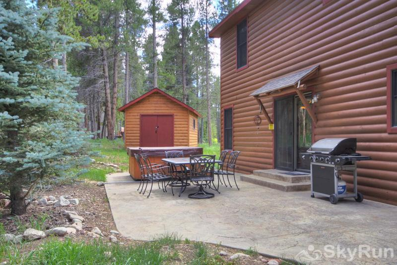 Grey Squirrel Lodge Patio seating and outdoor private hot tub ** PATIO SET STOWED AWAY FOR WINTER **