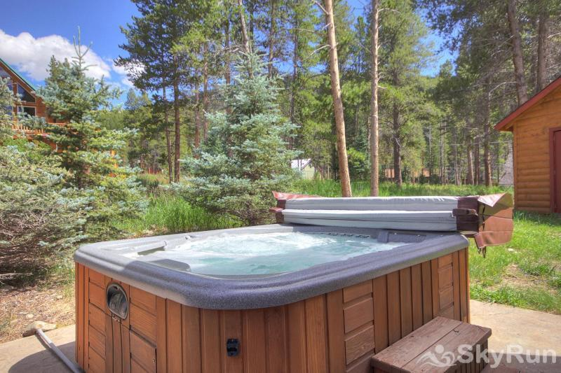 Grey Squirrel Lodge Relax in the outdoor private hot tub