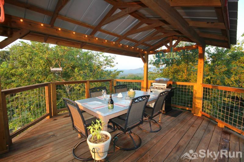COOLVIEW CABIN Shaded Outdoor Dining Area