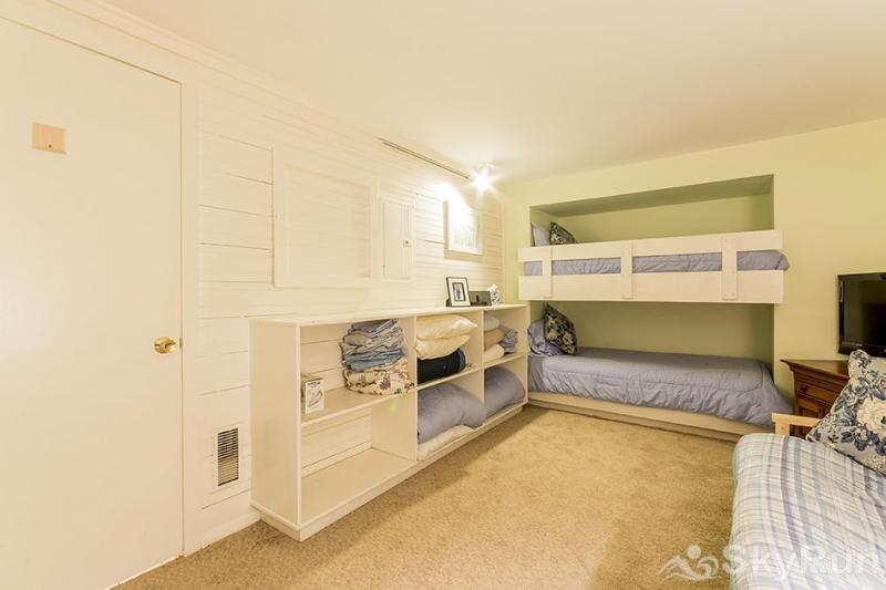 Herbage Townhomes A6 This built-in bunk-bed will be a hit with the kids!