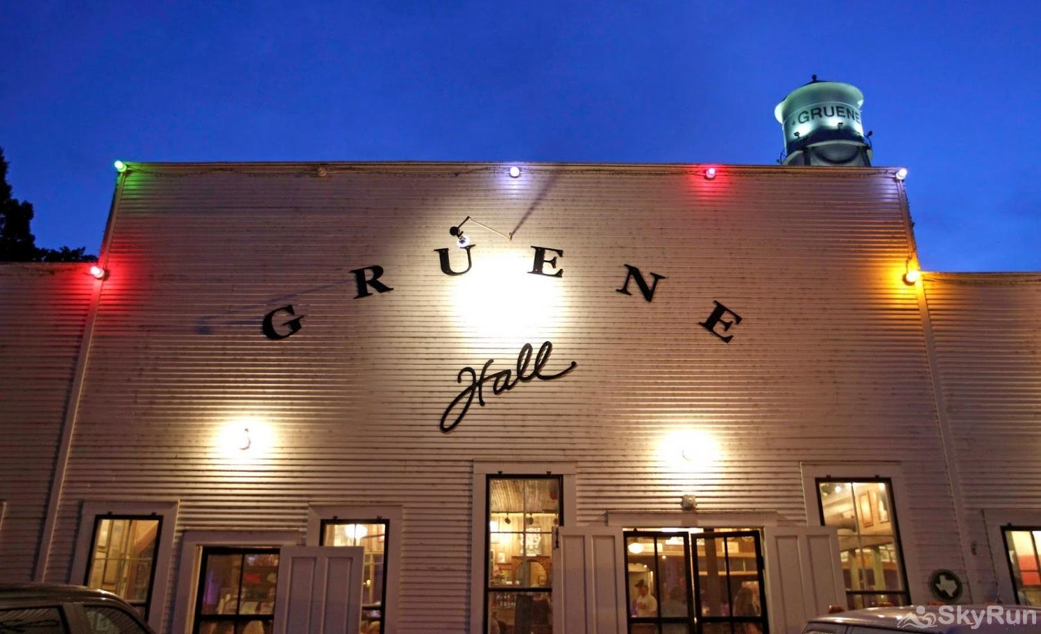 TEXAS ROSE LODGE Gruene Hall in nearby New Braunfels