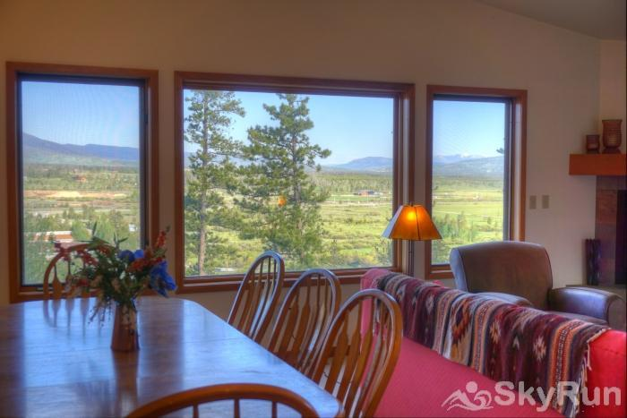 Wapiti Drive Townhome Table for 6 with a view
