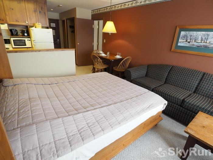 Apex Mountain Inn 1 BDRM Suite 205-206 Murphy bed/living room