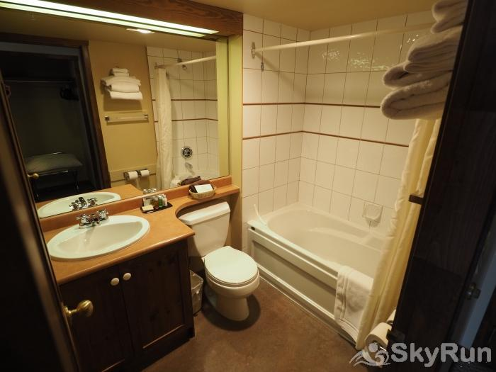 Apex Mountain Inn 1 BDRM Suite 225-226 Bathroom
