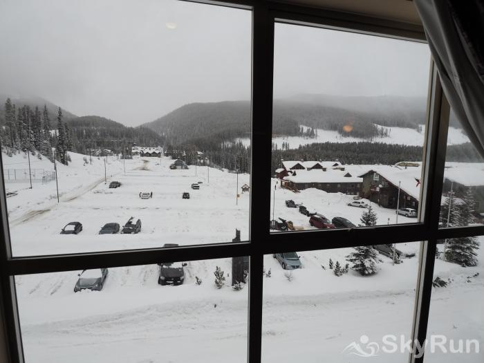 Apex Mountain Inn Double Loft Suite 401-402 View of the hockey rink & carpark