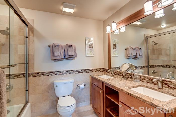 Pine Creek Lodge Master bathroom - Ensuite with double sinks