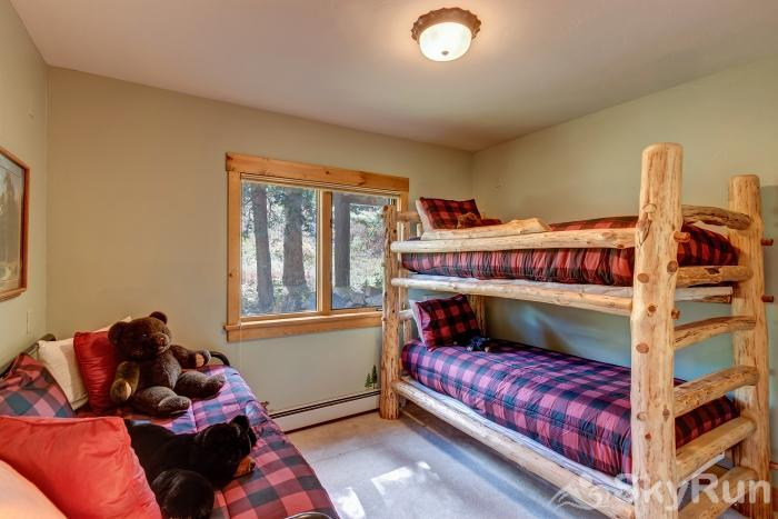 Pine Forest Lodge Twin bunk room with twin trundle (4 twins)