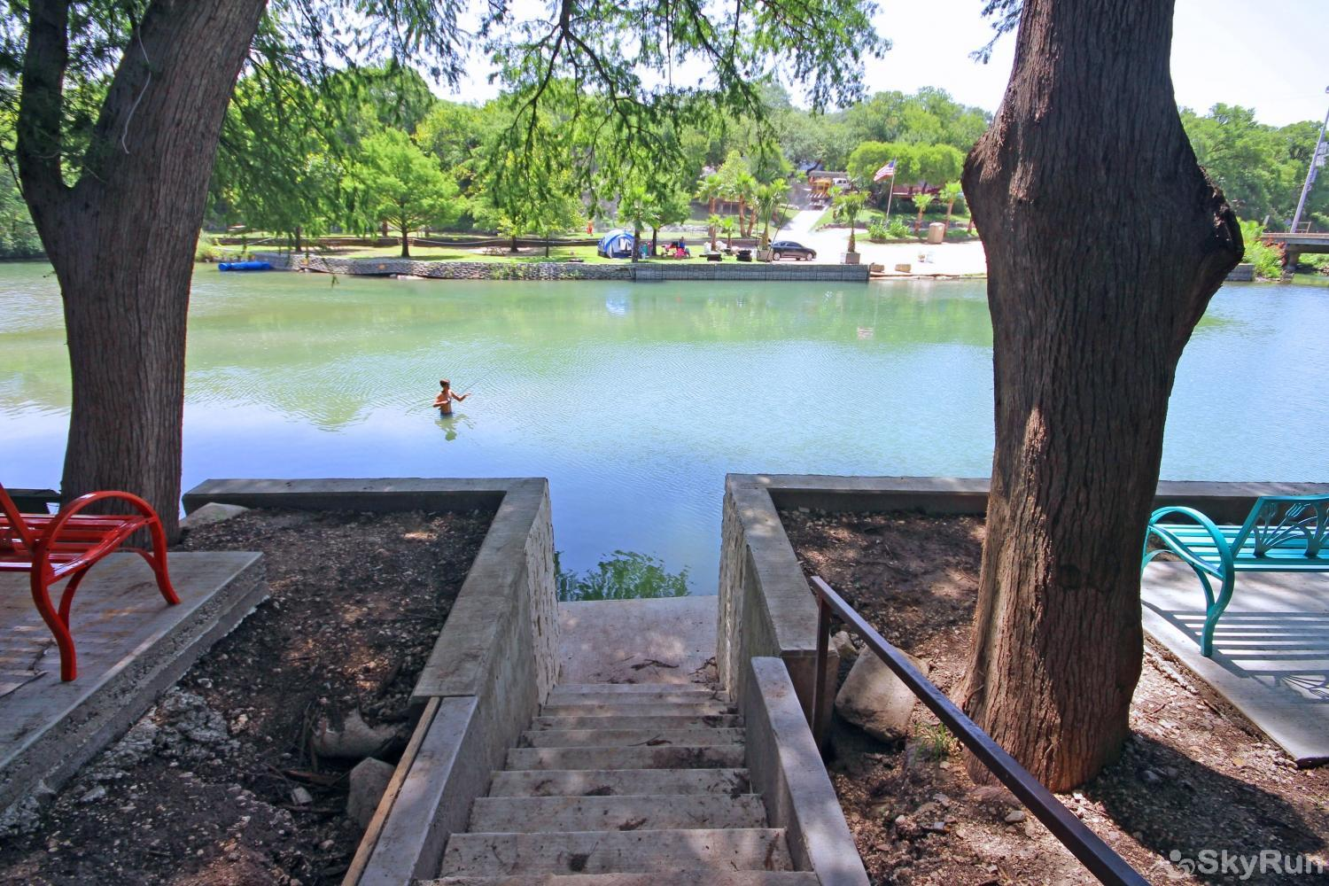 RIVERSIDE ROOST Convenient Guadalupe River Access from the Backyard