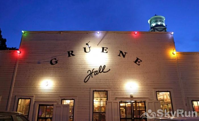 GRUENE VISTA ON THE GUADALUPE One Mile from Historic Gruene Hall!