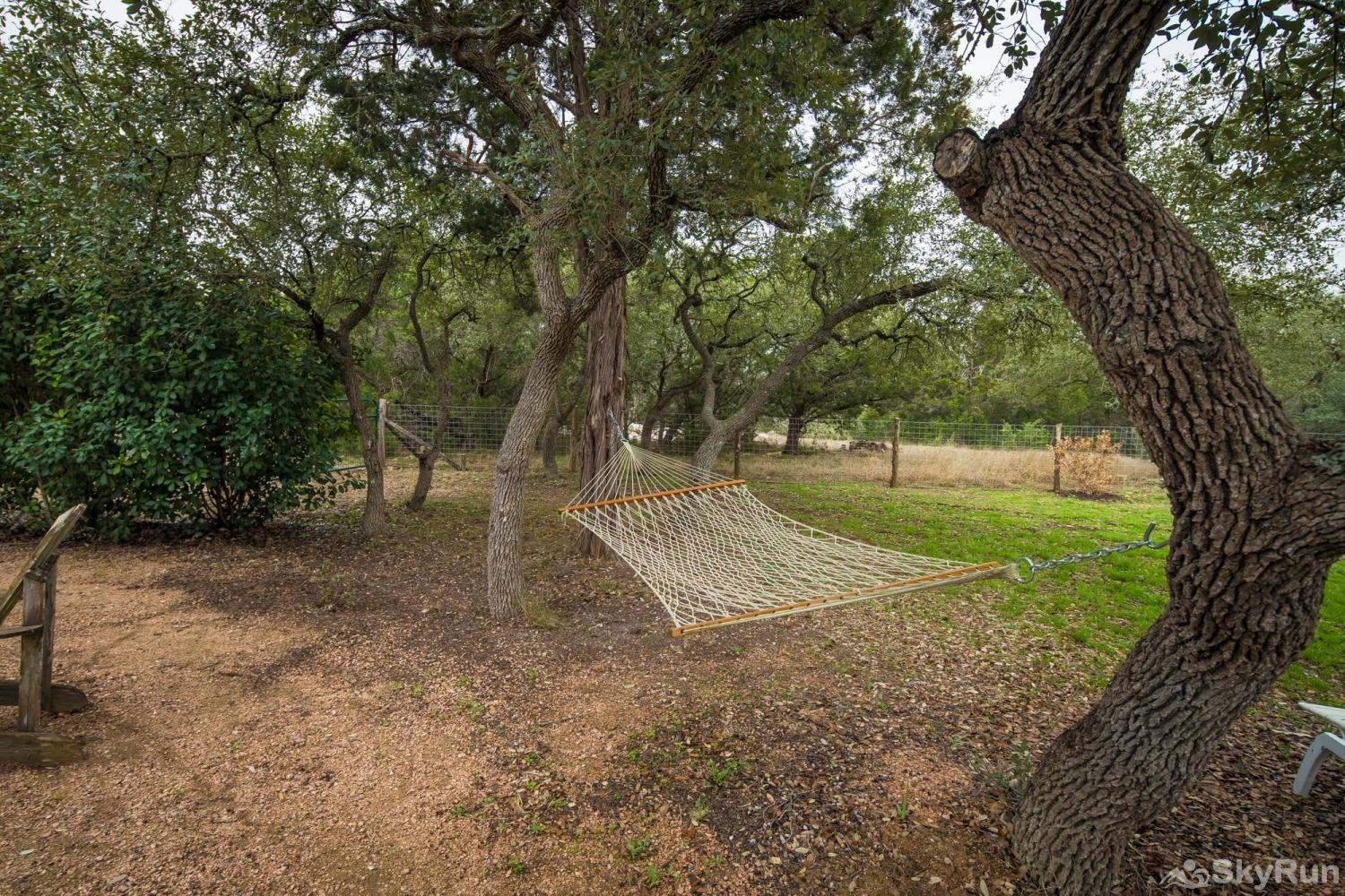 ROCK 'N' WOOD Hammock Under the Shaded Oaks