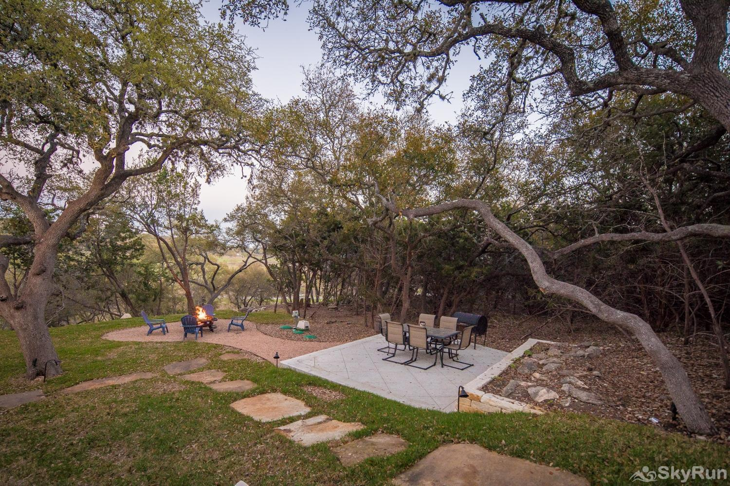 MAGNOLIA HAUS Picnic Area with Charcoal Barbecue Grill