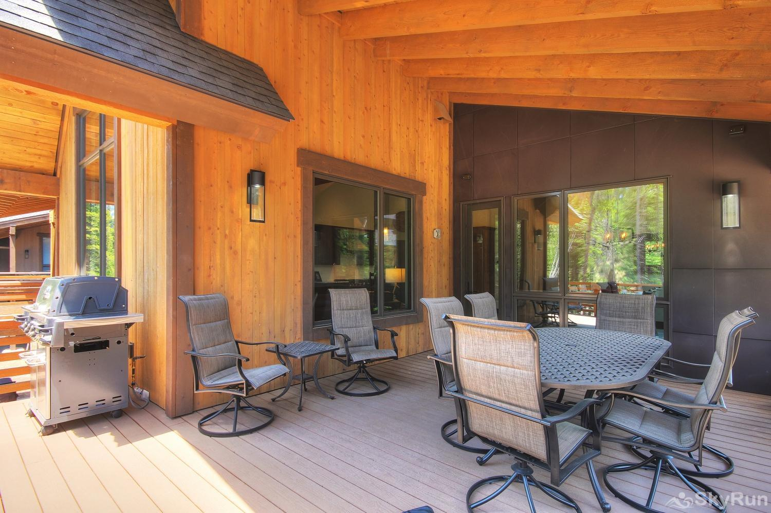 River's Edge Retreat Dine outside with family on your private deck