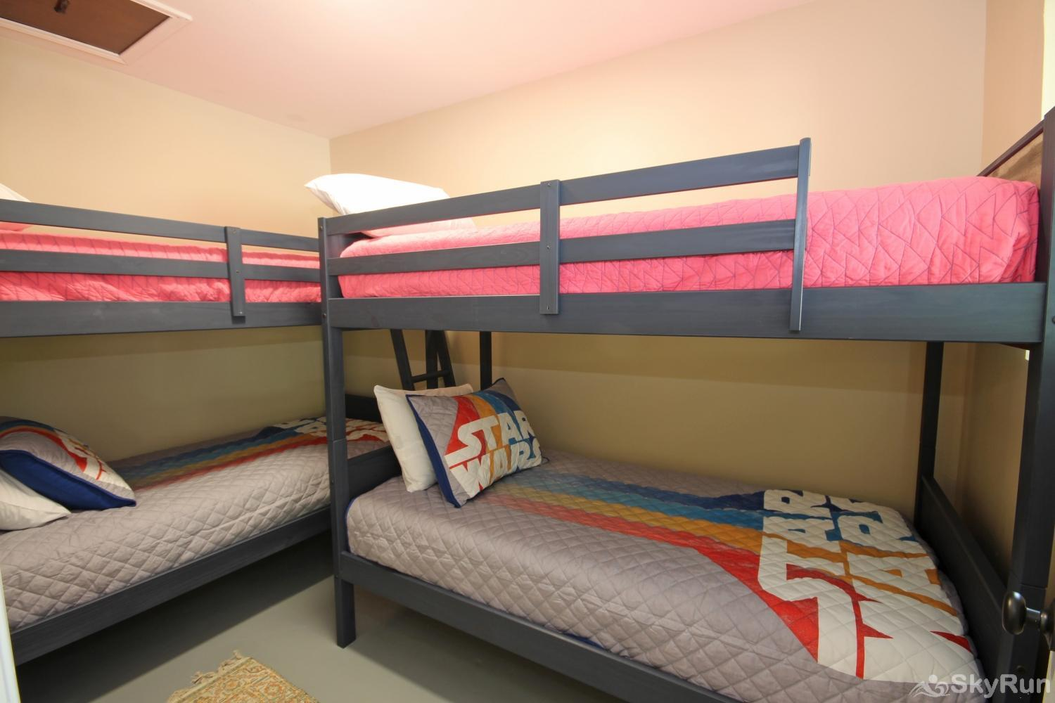 MAVERICK'S RIVER HAUS & GUEST HAUS Bunkroom with Twin Bunk Beds