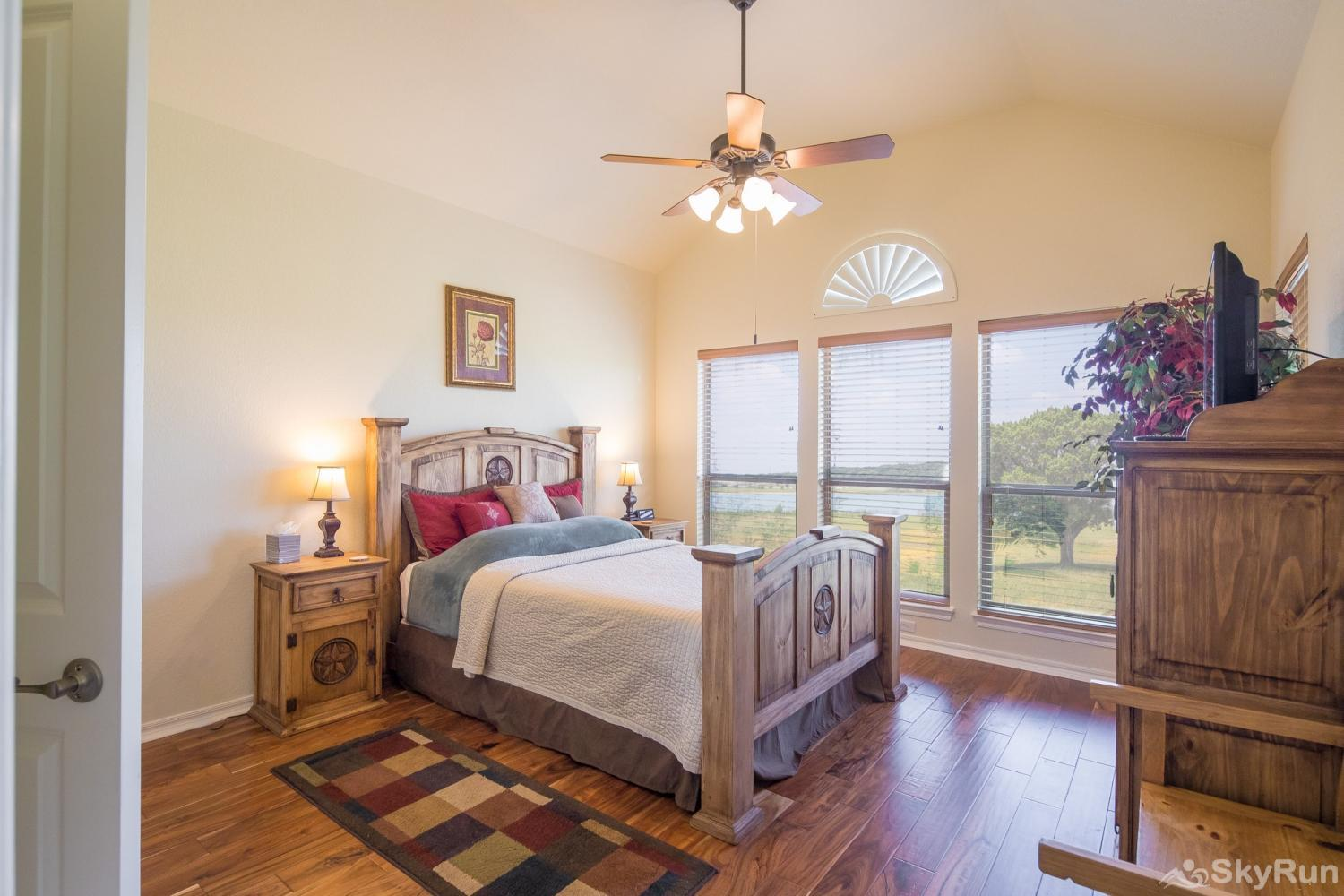 LAKESIDE HAVEN Beautiful Master Bedroom with Queen Bed